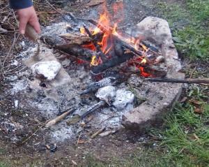Ohniště plné popela ze dřeva