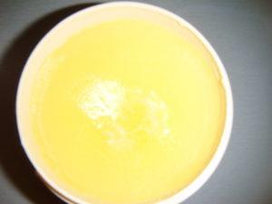Ztuhlé přepuštěné máslo v kelímku