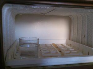 Prázdný mrazák v ledničce